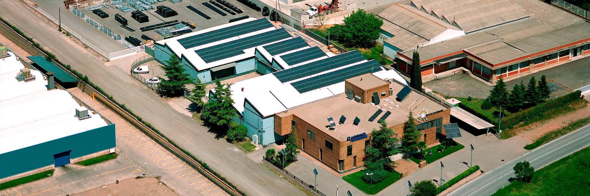 Amplias instalaciones con gran capacidad tecnológica, disponibilidad de maquinària y flota de vehículos